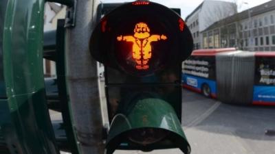 Karl Marx'ın doğum gününü trafik ışıklarıyla kutladılar