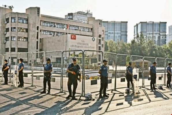 'Kayyum' protestosunda milletvekillerinin de olduğu gruba polisten gaz ve tazyikli su