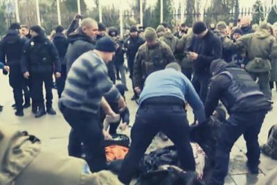 Kiev'de bir kişi Cumhurbaşkanlığı önünde kendini yaktı