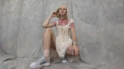 Kıllı bacaklarıyla reklamda oynayan kadına tecavüz tehdidi