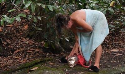 Kirasını ödeyemeyen Lisa Appleton evden atıldı, duşunu derede almaya başladı!