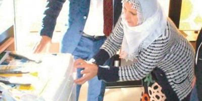 Kızını 'çamaşırı kim yıkayacak' diye okula göndermeyen anneye çamaşır makinesi alındı