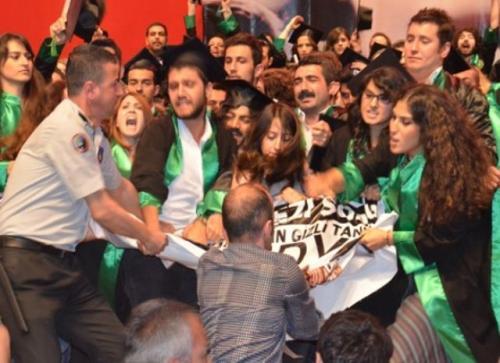Kocaeli Üniversitesi'nde güvenlik görevlisi öğrencilere saldırdı!