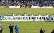 Kocaelisporlu futbolcular, maça 'Çocukların da hakları var' pankartıyla çıktı