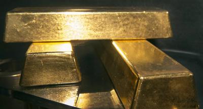 Küresel altın fiyatları yeni haftaya düşüşle başladı