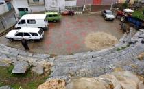 Antik tiyatroyu otoparka çevirdiler!