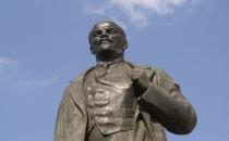 Lenin heykelinin kafasını kırana hapis cezası!