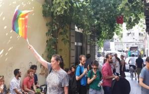 LGBTİ'den orantısız eylem: Yürümüyoruz, İstiklal Caddesi'nin her köşesine dağılıyoruz!
