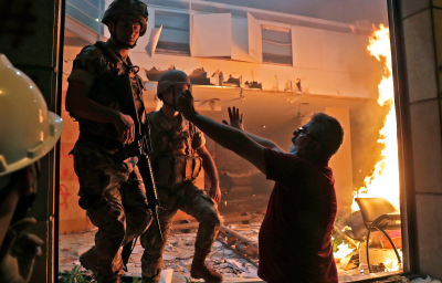 Lübnan'da patlamanın ardından ayaklanma! Eylemciler bakanlığa girdi