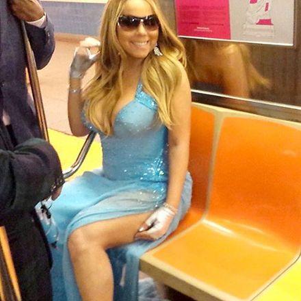 Gala çıkışı metroya bindi!