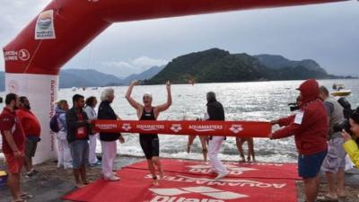 Marmaris'te düzenlenen Yüzme Şampiyonası'nda 40 yaşındaki sporcu, birinciliğe giden çocuğa çelme taktı, birinciliği almasına engel oldu