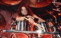 Megadeth'in davulcusu sahnede öldü!