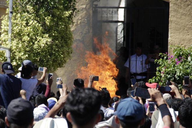 Meksika'da kalabalık bir grup 2 kişiyi yaktı