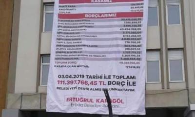 MHP'li Başkan, AKP'li başkandan kalan borçları belediye binasına astırdı