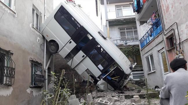 Minibüs iki bina arasına yuvarlandı