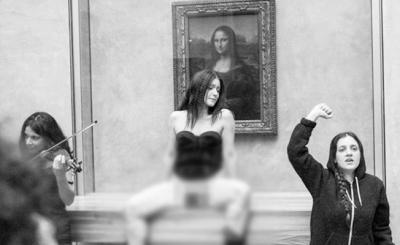 Mona Lisa tablosu önünde soyununca gözaltına alındı!