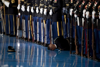 Obama'nın veda konuşmasında bir asker bayıldı, kimse müdahale etmedi