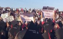Öğrencilerin mezuniyet töreninde protesto ettiği rektör istifa etti!