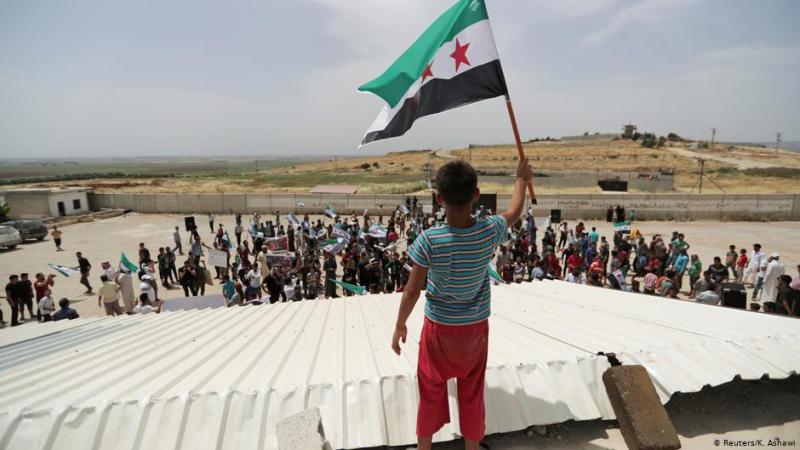 On binlerce Suriyeli Türkiye sınırına doğru kaçıyor