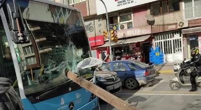 Otobüsün camından direk girdi, şoför ölümden kıl payı kurtuldu