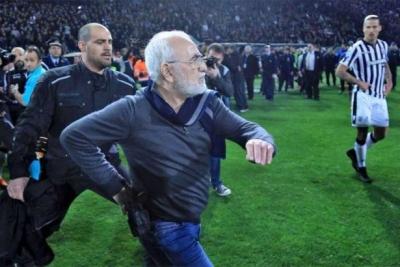 PAOK başkanı sahaya silahla indi