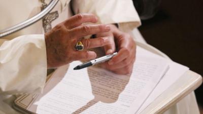 'Papa neden elini öptürmedi' tartışması