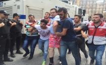 Polis yolda yürüyen LGBTİ'lileri gözaltına almaya başladı!