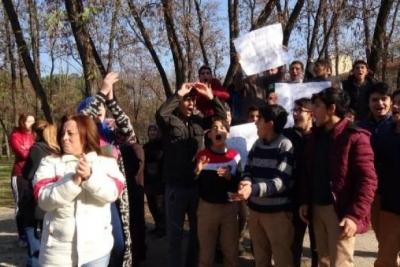 Protestocular, uyuşturucu bağımlısını sopayla kovaladı