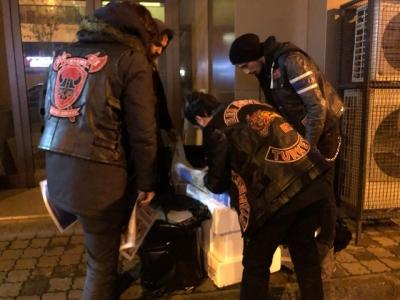 Red Devils MC Istanbul, yaşam savaşı veren hayvanlara mama dağıttı, kedi evi yaptı