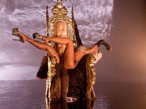 Rihanna'nın +18'lik klibi Pour It Up yayınlandı!