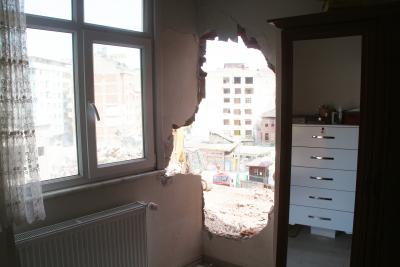 Rize'de yıkım sırasında bitişikteki evin duvarı delindi