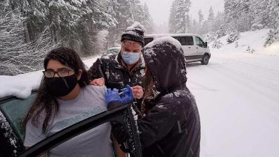 Sağlık görevlileri, ellerindeki covid-19 aşılarını yolda kalanlara yaptı