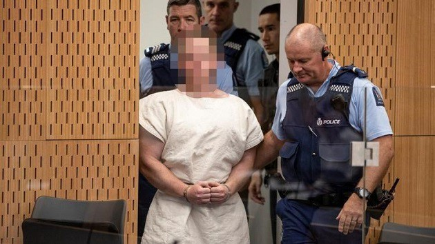 Saldırganın mahkeme huzuruna çıkarıldığı sırada gülümsediği ve eliyle ırkçı bir işaret yaptığı görüldü