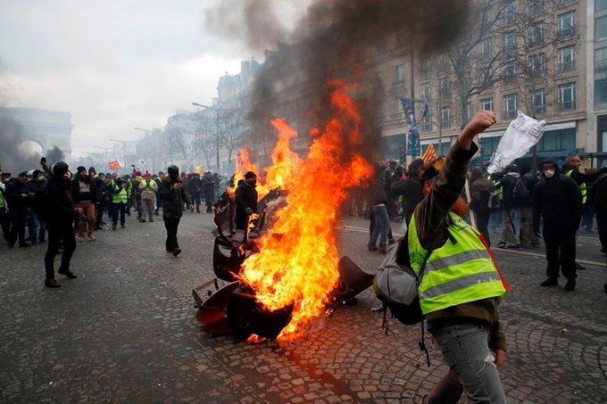Sarı yelekliler gazete bayilerini ateşe verdi, mağazalar yağmalandı!