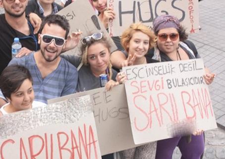 Taksim'de sarılmak serbest eylemi!