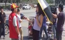 Şemsiye ve güneş gözlüğüyle röportaj yapan muhabir kovuldu!