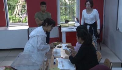 Sezen Aksu oy kullanırken gazeteciye: Ben buranın müdürüyüm, Sezen'i çekmeye iznin var mı?