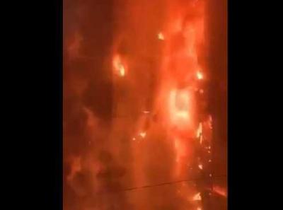 Şili'de ulaşıma yapılan zam nedeniyle halk elektrik şirketinin gökdelenini ateşe verdi