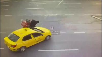 Şişli'de kaza geçiren motokuryenin telefonunu çaldı