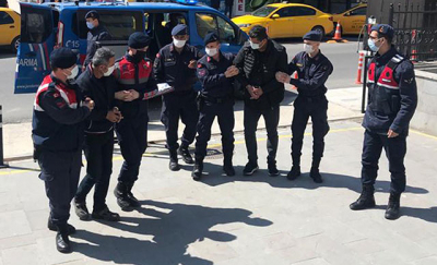 Sivilleri devlet görevlisi gibi gösterip, yurt dışına kaçıran 2 kişi tutuklandı