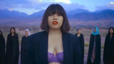 Sütyenli klip çeken Kırgız şarkıcı ölümle tehdit ediliyor