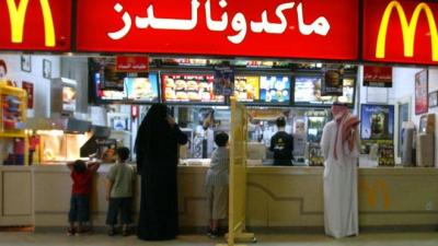 Suudi Arabistan'da kadınlar artık restoranlara erkeklerle aynı kapıdan girebilecek