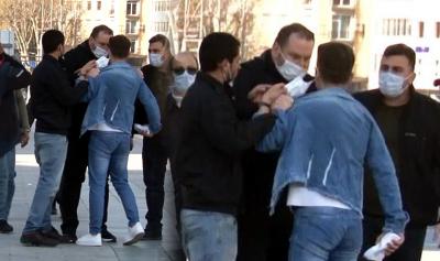 Taksim'de zabıta, seyyar satıcıya tokat attı