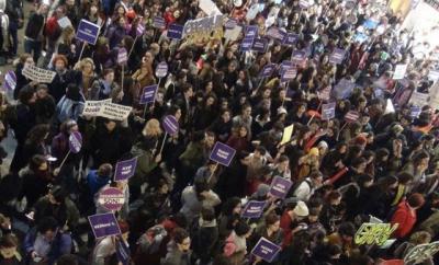 Taksim'de yürüyüş yapan kadınlara polis biber gazı sıktı