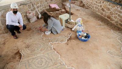 Tarihi caminin avlusunda Roma dönemine ait mozaik bulundu