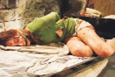 Eşinin vücudunu jiletle kazıdı!