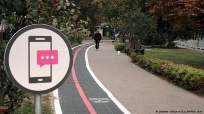 Telefondan başını kaldırmadan yürüyen 'mobil zombilere' özel yol