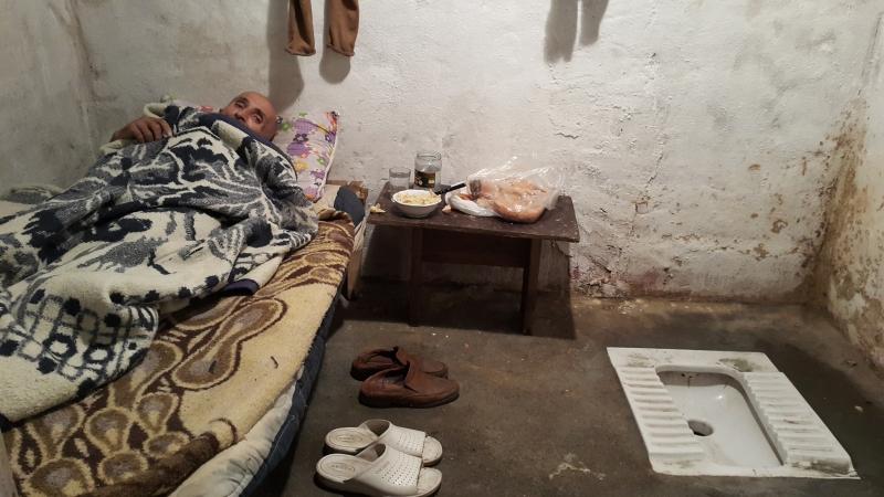 Tuvalette yaşayan yaşlı adam bakım evine yerleştirildi