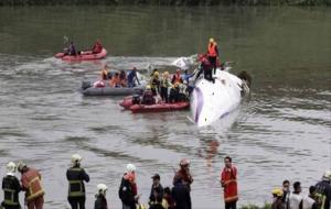 Uçak köprüye çarptı: 9 kişi öldü!
