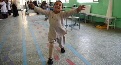 Yeni takılan protez bacağıyla dans eden Afgan çocuk sosyal medyanın gündeminde